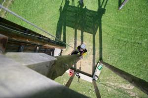 Klettern auf die Plattform des Hochseilgartens aus der Vogelperspektive